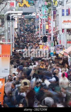 Käufer in der Takeshita Street, Harajuku, Tokio, Japan - Stockfoto