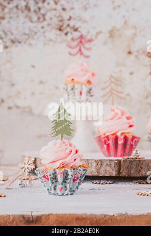 Cupcakes mit Buttercremefilz, dekoriert mit Weihnachtsbäumen - Stockfoto