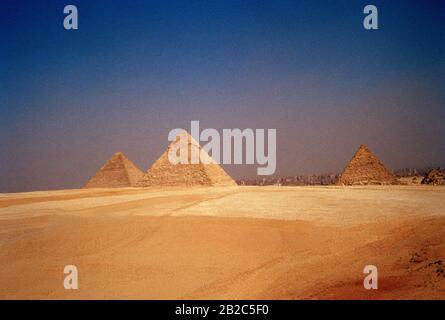 Reise - Pyramide von Khafre und der großen Pyramide Cheops oder Khufu und Pyramide von Menkaure auf den Pyramiden von Gizeh in Kairo in Ägypten in Nordafrika