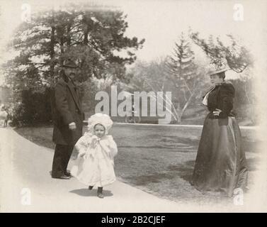 Antiquitätenfoto von 1898, kleiner Junge im Kleid (3-5 Jahre) mit Familie im Central Park, New York City, New York. QUELLE: ORIGINALFOTO - Stockfoto