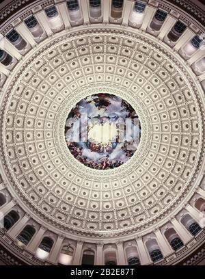 Blick auf das Innere der Kuppel des Kapitols der Vereinigten Staaten von der Mitte der Rotunde bei Nacht, Farbe