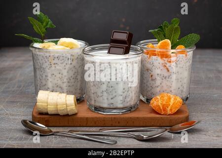 Chia Pudding, Dessert-Smoothies, Beerenobst, hausgemachter Joghurt, Joghurt Smoothie, Acai Smoothie, Saatpudding, sauberes Essen - Stockfoto