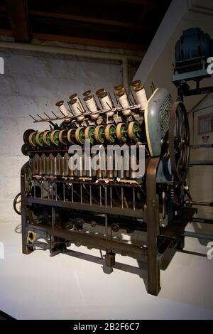 Eine Darstellung eines antiken Webstuhls. Im National Wool Museum in Geelong, Victoria, Australien. - Stockfoto