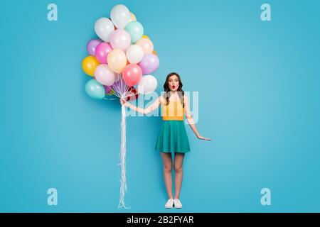 Lange Foto des staunenden Mädchens feiert Geburtstag mit Freunden Lieben Traum Geschenk halten viele Luftbaloon Stare Stupor tragen Gummischuhe Tank - Stockfoto