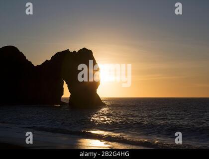Sonnenaufgang über dem Meer, Durdle Door, Jurassic Coast, Dorset, England, Großbritannien