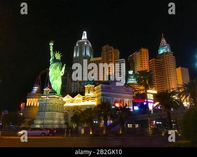 Eine Replikatstatue der Freiheit steht vor dem New York-New York Casino and Hotel, Las Vegas Strip, Las Vegas, Nevada, Vereinigte Staaten von Amerika. - Stockfoto