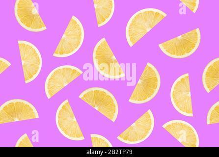 Muster mit Zitronenscheiben auf violettem Hintergrund. - Stockfoto