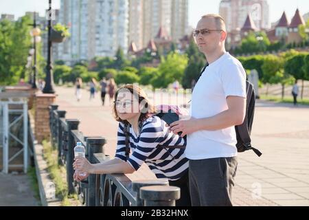 Reifes Paar gehen und Reden Mann und Frau - Stockfoto