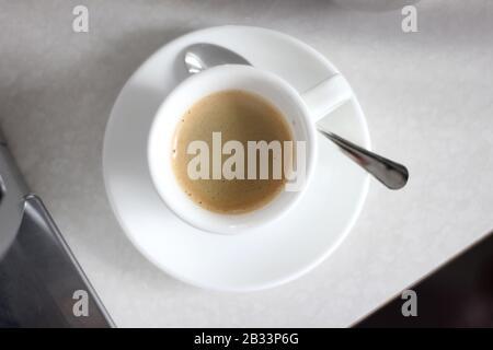 Frisch Gebrühter Kaffee Mit Blick Auf Den Overhead. Schuss starken Espresso. - Stockfoto