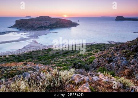 Sonnenuntergang über Balos Beach auf Kreta, Griechenland.