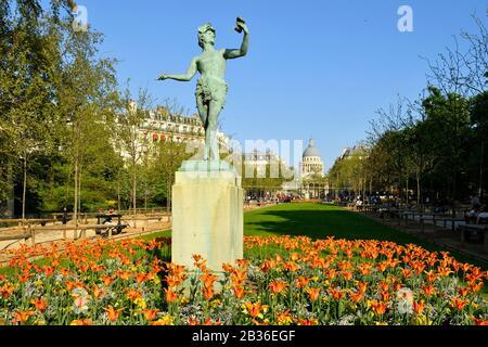 Der Luxemburger Garten mit der Statue Der griechische Schauspieler von Charles Arthur Bourgeois im Jahr 1868 und das Pantheon im Hintergrund - Stockfoto