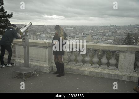 Dunkelblonde, haarige Frauen an einem Aussichtspunkt mit Blick auf Paris, Pasakdek - Stockfoto