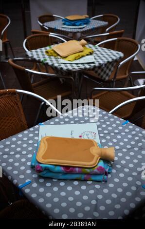 Safran Walden, Großbritannien. März 2020. Safran Walden Essex UK. Warmwasserflasche und Decke warten auf Outdoor-Kunden an einem kalten Frühlingstag in den örtlichen Vintage Tea Rooms. Kredit am 4. März 2020: Brian HARRIS/Alamy Live News - Stockfoto