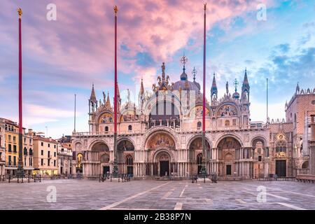 Markusdom von der Piazza San Marco bei Sonnenaufgang, Venedig, Italien.
