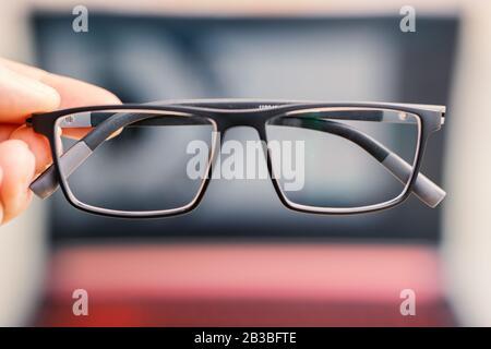 Computernutzung mit Brille für Augengesundheit, Konzeptbild - Stockfoto