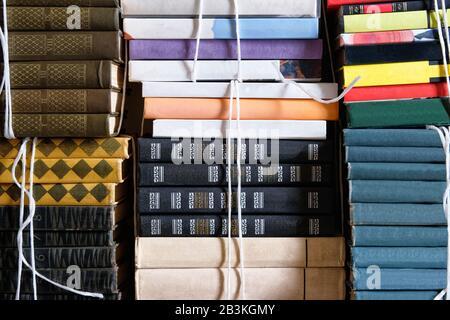 Buchen Sie einen Stapel von Schritt-zu-Erfolgs-Konzept, Abschluss. Vintage-Bücher mit leeren Etiketten und freiem Speicherplatz. Stockfoto