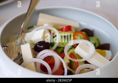 Dies ist das nationale griechische Rezept. Es enthält schwarze Oliven, Brinsenkäse, Gemüse und Olivenöl. - Stockfoto