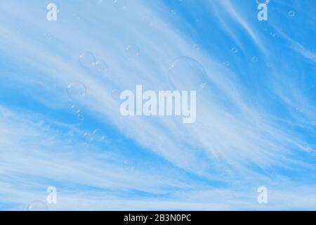 Bunte Seife Bläst Vor Dem Hintergrund Des Blauen Himmels Stockfoto