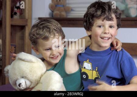 Austin, Texas: Fünf (5) und drei (3) Jahre alte Brüder. Herr ©Bob Daemmrich - Stockfoto
