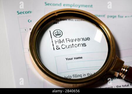 UK Tax Papers und Formulare von HM Revenue Customs unter einem Glas - Stockfoto