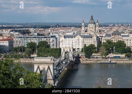 Ungarn, Budapest. Architektur. Szechenyi-Kettenbrücke über die Donau. - Stockfoto