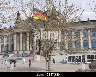 Berlin, DEUTSCHLAND - 6. APRIL 2017: Touristen Auf Dem Berliner Reichstag Im Frühjahr - Stockfoto