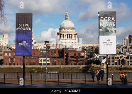 London South Bank - St Pauls Cathedral, flankiert von Schildern zur Tate Modern Art Gallery und zur Themse, South Bank, London UK - Stockfoto