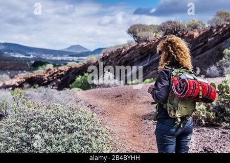 Trekkking-Frau im Freien mit Rucksack Natur und Berg genießen - alternatives Reise- und Urlaubskonzept - Erde und Schönheit genießen - Rückblick - Stockfoto