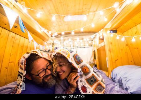 Ein Paar in Liebe und Beziehung hat Spaß während eines Reisefursen mit einem alten restaurierten Kleintransporter zu einem kleinen Haus - van Life Konzept für moderne Trend-Leute, die die Freiheit und den Minimalismus Lebensstil genießen - Stockfoto
