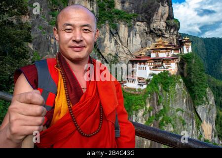 Mönch im Taktsang Goemba oder Tigers nisten Kloster im Paro-Tal, Bhutan, Asien. Das Kloster Paro Taktsang oder Taktsang Palphug und die Tiger-Nest sind es - Stockfoto