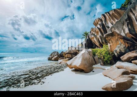 Malerische Felsbrocken aus Granit am tropischen weißen Strand Grand Anse, Insel La Digue, Seychellen.