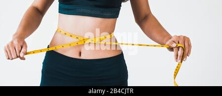 Nahaufnahme von Frau mit schlanker Körper ihre Taille und Torso. Gesunde Ernährung und Gewicht Konzept zu verlieren. - Stockfoto
