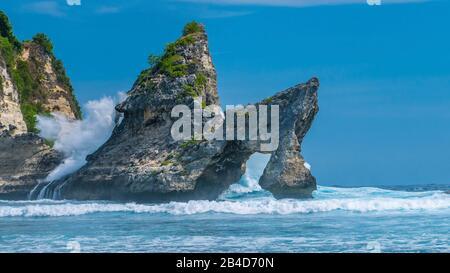 Riesige Welle trifft den Felsen im Meer am Strand von Atuh auf Nusa Penida Island, Indonesien. - Stockfoto