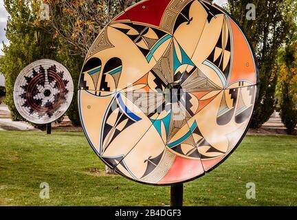 Native American Warenkorb Array von recyceltem Satellitenschüsseln, die von lokalen gebürtigen amerikanischen Künstler auf der Route 66 in Grants, New Mexico USA konzipiert. - Stockfoto