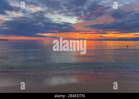 Sonnenuntergang am Strand von S'Arenal, Palma de Mallorca, Mallorca, Balearen, Spanien - Stockfoto