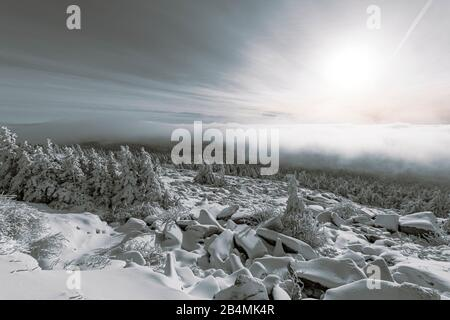 Verschneite Winterlandschaft mit Blick auf den Harz vom Brockengipfel ins Tal - Stockfoto
