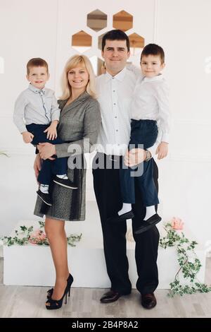 Glückliche junge Familie mit kleinen Söhnen - Stockfoto