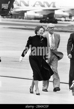 Premierministerin Margaret Thatcher mit Ehemann Denis verlässt im September 1985 den Londoner Flughafen Heathrow. - Stockfoto