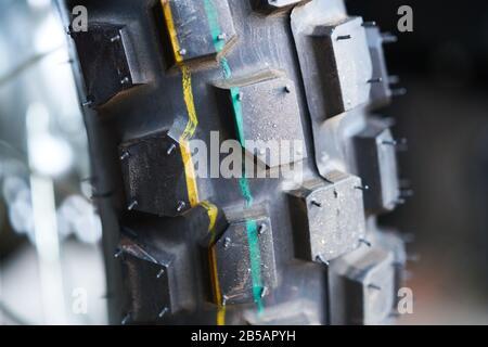 Nahaufnahme des hinteren Motorrads besteht aus Gummi, 12-Zoll-Rad, Scheibenbremse und Bremssattel - Stockfoto