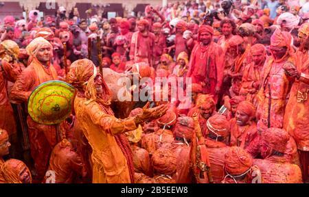 Nandgaon, Uttar Pradesh/Indien - 05. März 2020: Männer aus Nandgaon sitzen während des Festivals von Holi in einem Samaaaj oder einer Gemeinde