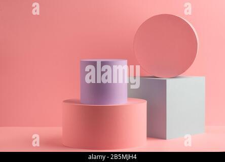 Papierflaschen und Würfel auf pinkfarbenem Hintergrund - Stockfoto