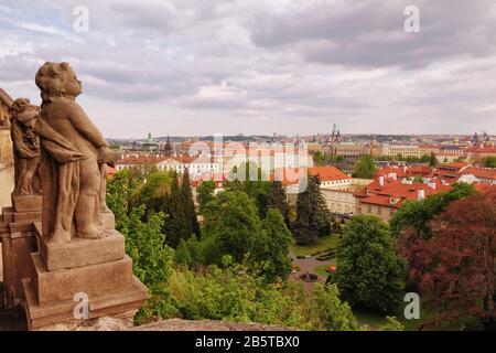 Skulpturen auf der oberen Terrasse und Panoramablick vom Furstenberggarten, Schlossgärten unter der Prager Burg - Stockfoto