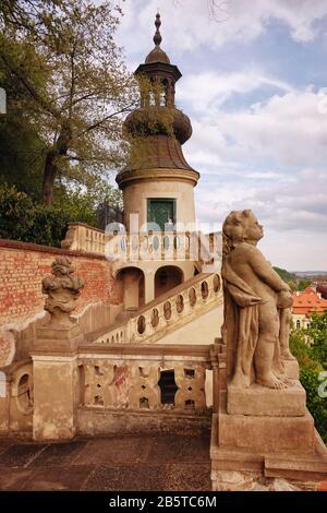 Zick-Zack-Terrasse mit runder Ostkuppe, Kuppel und Laterne gewölbter Pavillonturm Torte. Kleiner Furstenberggarten, Schlossgärten unter der Prager Burg. - Stockfoto