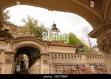 Der Große Garten von Fürstenberg wurde um das Jahr 1750 umgestaltet und mit Blick auf die Treppe zu den Terrassen und den Pavillon-Turm-Palastgärten unter der Prager Burg umgestaltet - Stockfoto