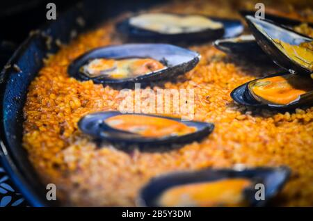 spanische Paella mit frischen Meeresfrüchten und Gemüse - Stockfoto