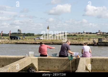 Sommerszene im Badeort Walberswick, Suffolk, Großbritannien; Familienparty mit Krabbenfang. - Stockfoto