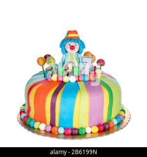 Wunderschöner Geburtstagskuchen für Kinder. Mit bunten Süßigkeiten. - Stockfoto