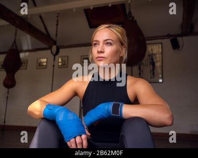 Porträt Des Boxers Mit Schutzhüllen Auf Dem Handtraining Im Fitnessstudio - Stockfoto