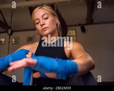 Boxertraining Für Frauen Im Fitnessstudio, Das Sich Um Die Hände Wickelt - Stockfoto