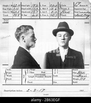Viktorianisches Zeitalter verschossen 17-jährige Kriminelle in San Franciso, Kalifornien. Kopffahrten vorne und hinten dieses Mannes. Zum Zeitpunkt seiner Verhaftung war er als Bell Boy tätig. Er wurde wegen Einbruchs verurteilt. Diese offizielle 5-1/2 x 6'-Karte wurde am 3. Februar 1917 ausgefüllt. Sehen Sie sich die umfangreichen Messungen an, die sie auf dem Kopf dieses Mannes durchgeführt haben. Dieser junge Mann aus Kanada trägt einen Hut. Sehen Sie sich die umfangreichen Messungen an, die sie an seinem Kopf durchgeführt haben. Weitere Informationen zum Mann finden Sie auf der Rückseite dieser 5-1/2 x 6'-Karte. Um meine anderen Vintage-Bilder zu sehen, suchen Sie: Prestor Vintage ODD - Stockfoto